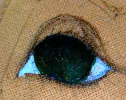 рисуем кукле глазки